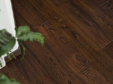 栗の床材を天然由来の塗料で塗装した施工例